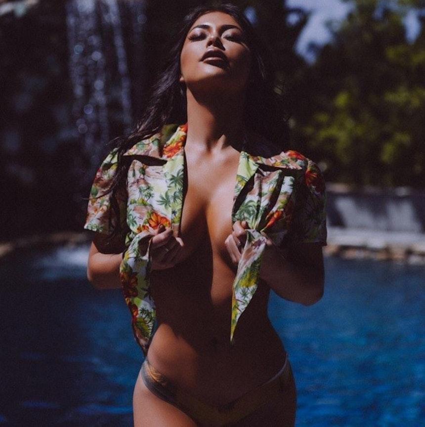 Sexy e bronzeada, ring girl desejou boa noite na internet com pouca roupa