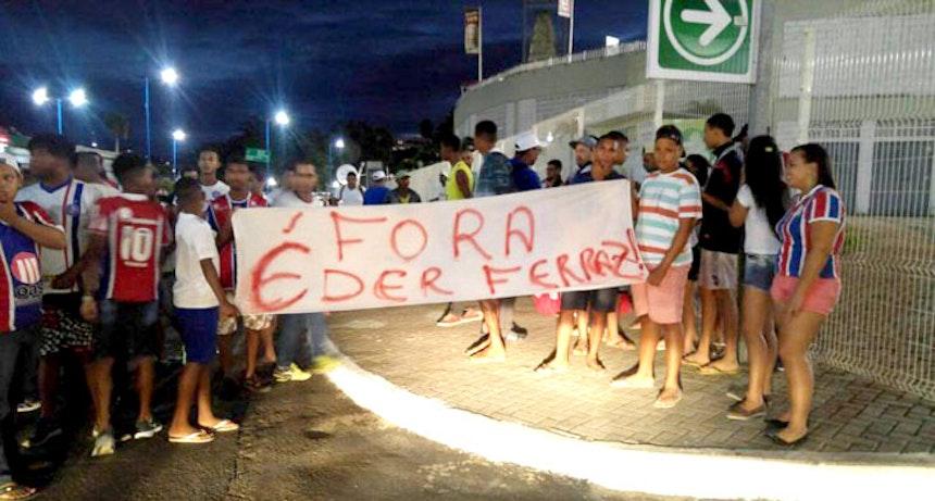 Protesto contra Éder Ferrari