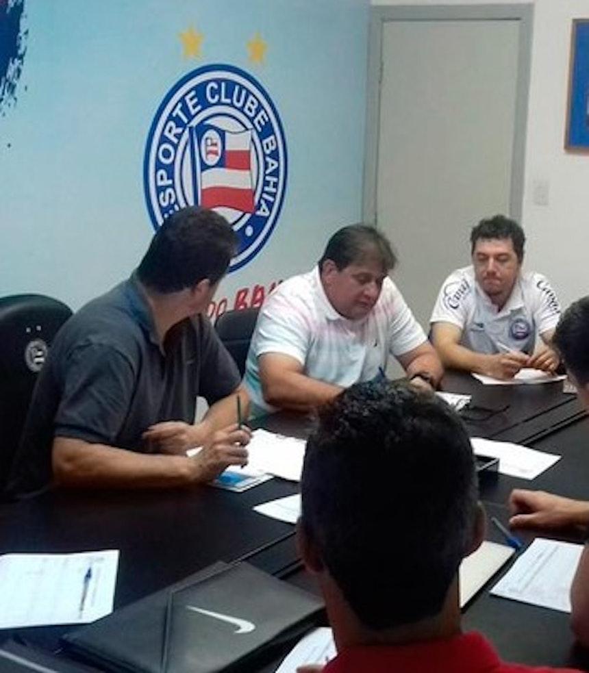 Guto Ferreira participa de reunião para definir programação de treinos em Porto Seguro (Foto: Divulgação/EC Bahia)