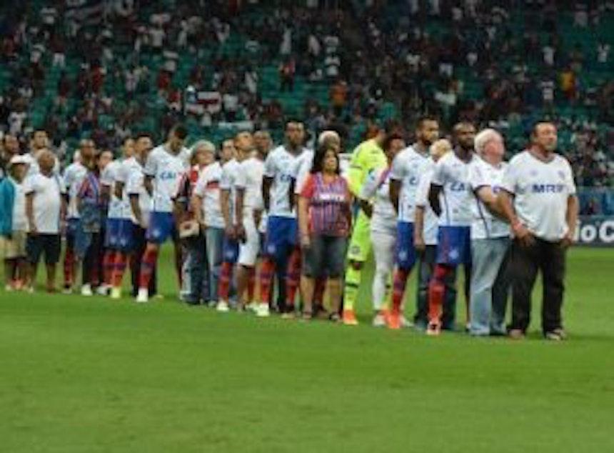 Time do Bahia entrou com torcedores idosos antes do jogo contra o Criciúma ( Foto: Felipe Oliveira / Divulgação / EC Bahia)
