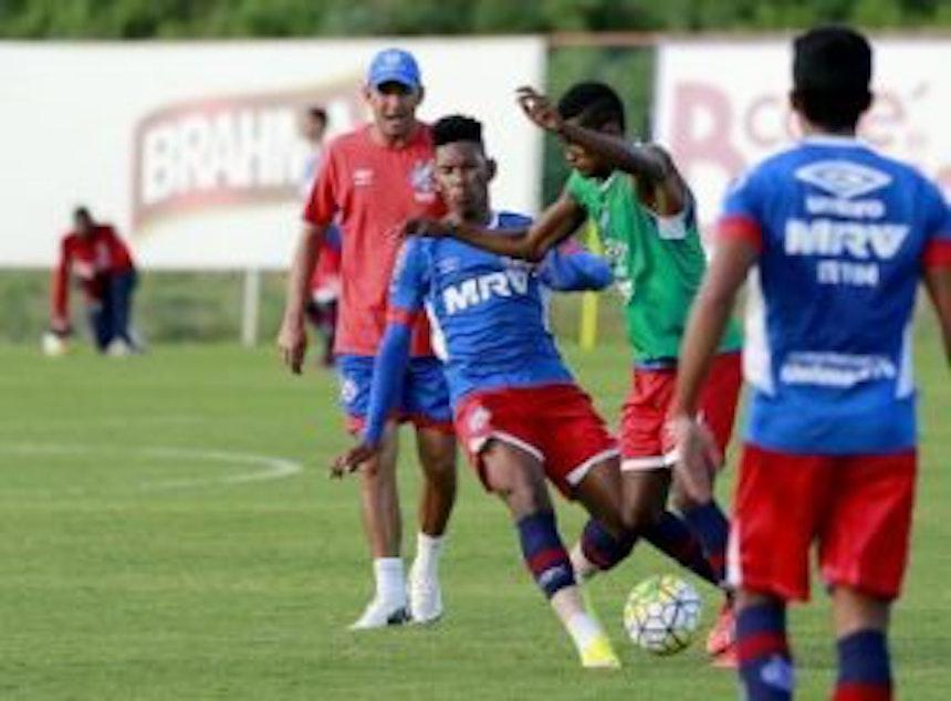 Bahia Sub-20 treina sob o olhar do treinador Aroldo Moreira (Foto: Felipe Oliveira / Divulgação / EC Bahia)