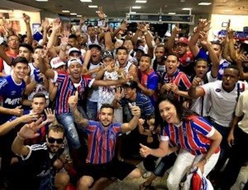 Torcedores do Bahia se reúnem no aeroporto (Foto: Felipe Oliveira/EC Bahia/Divulgação)