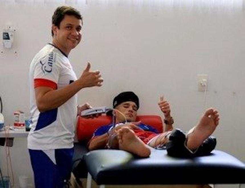 Juninho faz regenerativo na fisioterapia (Foto: Felipe Oliveira/EC Bahia/Divulgação)