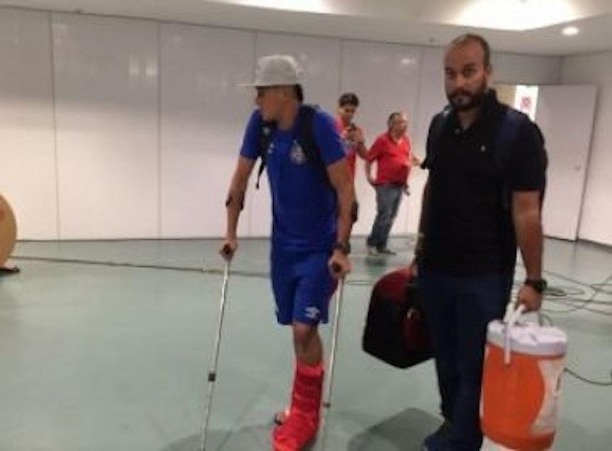 Juninho deixou a Arena com auxílio de muletas (Foto: Marinho Jr / Metrópole FM)
