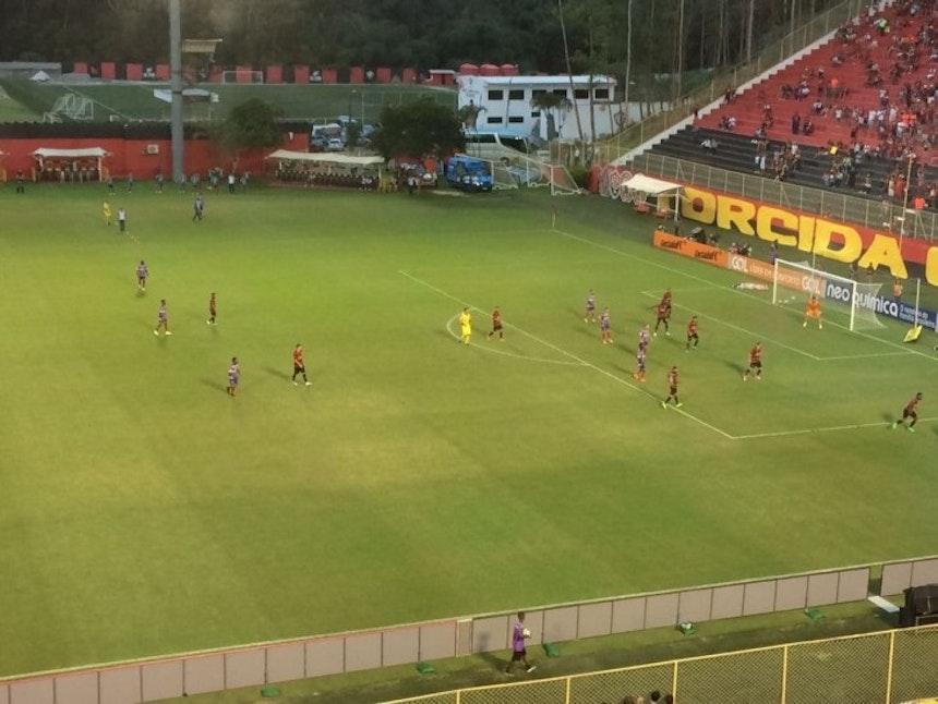 Volantes do Bahia jogam próximos e não participam da criação das jogadas (Foto: Ruan Melo)