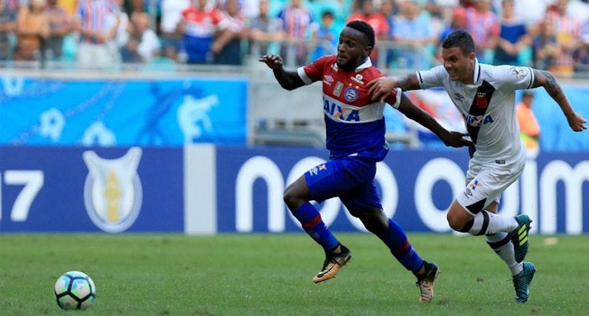 Mendoza em acao contra o Vasco na Fonte Nova
