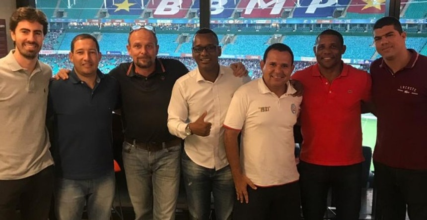 Representante do Borussia Dortmund (terceiro da esq. pra dir.) em reunião com Uéslei (camisa vermelha) na Arena Fonte Nova (Foto: Arquivo Pessoal)