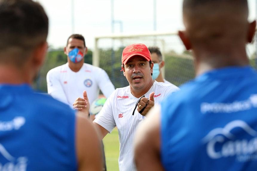 Dado orienta os atletas em treino técnico (Foto: Felipe Oliveira)